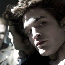 Robert Pattinson in una scena del film Twilight