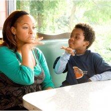 Raven-Symoné e Eshaya Draper in una scena del film College Road Trip