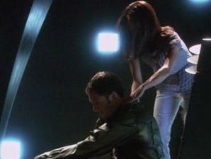 Tahmoh Penikett e Grace Park  in una scena dell'episodio 'The Hub' della quarta stagione di BSG