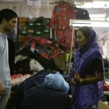 Christopher Simpson e Tannishtha Chatterjee in una scena del film Brick Lane