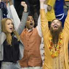 Jessica Alba, Manu Narayan e Mike Myers in una scena di The Love Guru
