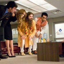 John Oliver, Jessica Alba, Mike Myers, Manu Narayan e Verne Troyer in una scena di The Love Guru