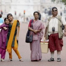 Lana Rahman, Naeema Begum, Tannishtha Chatterjee and Satish Kaushikin una scena del film Brick Lane