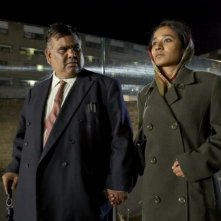 Satish Kaushik e Tannishtha Chatterjee in una scena del film Brick Lane