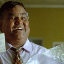 Satish Kaushik in una scena del film Brick Lane