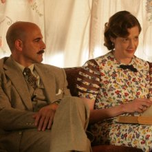 Stanley Tucci e Joan Cusack in una scena di Kit Kittredge: An American Girl