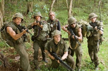 Ben Stiller, Robert Downey Jr., Nick Nolte, Jack Black, Brandon T. Jackson e Jay Baruchel in una scena del film Tropic Thunder