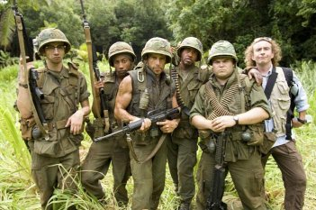 Jay Baruchel, Brandon T. Jackson, Ben Stiller, Robert Downey Jr., Jack Black e Steve Coogan sul set del film Tropic Thunder