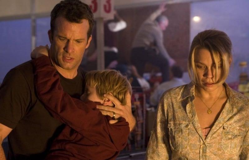 Thomas Jane e Laurie Holden in una scena del film The Mist, tratto da un racconto di Stephen King