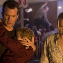 Thomas Jane e Laurie Holden in una scena del film The Mist, tratto da un racconto di Stephen King