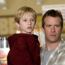 Thomas Jane e Nathan Gamble in una scena del film The Mist