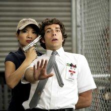 Gwendoline Yeo minaccia Zachary Levi nell'episodio Chuck vs. The Sizzling Shrimp