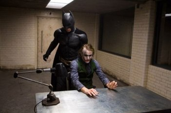 Christian Bale/Batman e Heath Ledger/Joker in una scena del film The Dark Knight