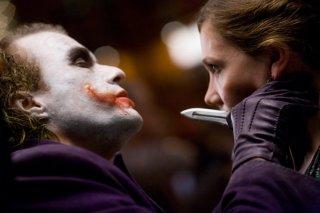 Heath Ledger nei panni di Joker e Maggie Gyllenhaal in una scena del film The Dark Knight