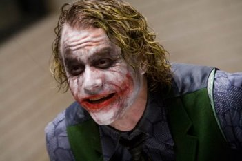 Heath Ledger nei panni di Joker in una scena del film di Nolan, The Dark Knight