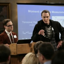 Johnny Galecki e Jim Parsons nell'episodio The Cooper-Hofstadter Polarization di The Big Bang Theory