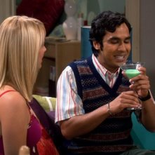 Kaley Cuoco e Kunal Nayyar nell'episodio The Grasshopper Experiment  di The Big Bang Theory