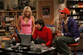 Kaley Cuoco, Simon Helberg e Kunal Nayyar nel pilot di The Big Bang Theory