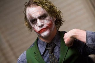 Heath Ledger nei panni di Joker in una scena del film The Dark Knight