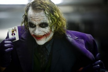 Heath Ledger nei panni di Joker in una scena del film Il cavaliere oscuro, sequel di Batman Begins