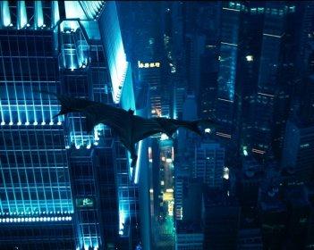 Batman vola su Hong Kong in una scena del film Il cavaliere oscuro
