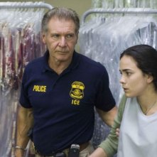 Harrison Ford e Alice Braga in una scena del film Crossing Over