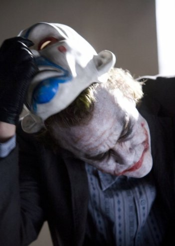Heath Ledger è Joker nel film Il cavaliere oscuro