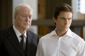 Michael Caine e Christian Bale in una sequenza de Il cavaliere oscuro