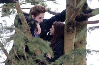 Robert Pattinson e Kristen Stewart sul set del film Twilight