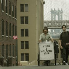 Ben Kingsley e Josh Peck per le vie di New York in una scena di The Wackness