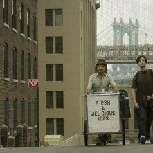Ben Kingsley e Josh Peck per le vie di New York in una scena di The Wackness