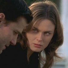 David Boreanaz ed Emily Deschanel in un momento dell'episodio 'Il reduce sulla tomba' della serie 'Bones'