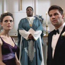 David Boreanaz ed Emily Deschanel nella serie tv 'Bones', nell' episodio dal titolo 'Solo per amoreì