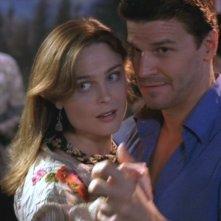 Emily Deschanel con David Boreanaz nella serie 'Bones', nell'episodio intitolato 'La mano'