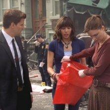 Emily Deschanel, David Boreanaz e Michaela Conlin nella serie 'Bones', episodio: L'attentato