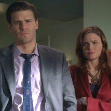 Emily Deschanel e David Boreanaz in una sequenza dell'episodio 'Doppio Delitto' della serie 'Bones'