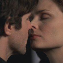 Emily Deschanel e Eddie McClintock nell'episodio 'La sposa nel fiume' nella serie tv 'Bones'