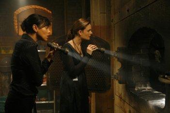 Emily Deschanel e Tamara Taylor in una scena dell'episodio 'Intern in the incinerator' della serie tv 'Bones'
