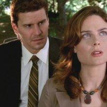 Emily Deschanel insieme a  David Boreanaz nella serie 'Bones', episodio: Al di sopra di ogni sospetto