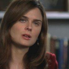 Emily Deschanel nei panni della dottoressa Brennan nell'episodio 'Rapimento e riscatto' della serie 'Bones'