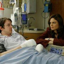 Eric Millegan e Emily Deschanel nella serie tv 'Bones', nell'episodio dal titolo 'The Wannabe in the Weeds'