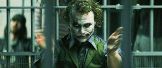 Heath Ledger nei panni di Joker dietro le sbarre in una scena del film Il cavaliere oscuro