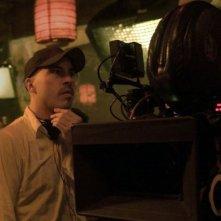 Il regista Austin Chick sul set di August