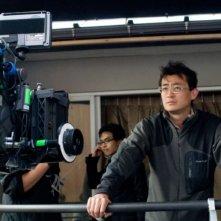 Il regista Masayuki Ochiai sul set del film Ombre dal passato (Shutter)