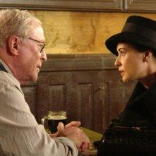 Michael Caine e Demi Moore organizzano il loro colpo in una scena del film Un colpo perfetto