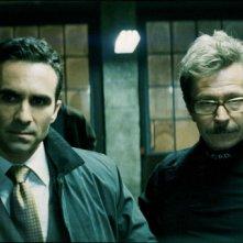 Nestor Carbonell e Gary Oldman in una scena de Il cavaliere oscuro