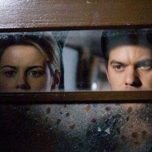 Rachael Taylor e Joshua Jackon in una scena dell'horror Ombre dal passato