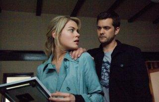 Rachael Taylor e Joshua Jackon in una scena di Ombre dal passato