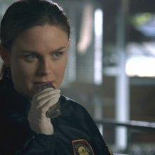 Temperance Brennan, interpretata da Emily Deschanel, nell'episodio 'Due corpi sotto esami' nella serie 'Bones'