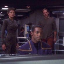 Jolene Blalock, Scott Bakula e Anthony Montgomery nell'episodio 'Nemico silenzioso' della serie 'Enterprise'